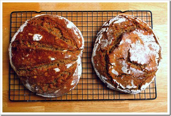 Kváskový chleba bez hnětení... Přesně podle toho receptu jej dělám a je bez chyby. S moukou se dá dost experimentovat.