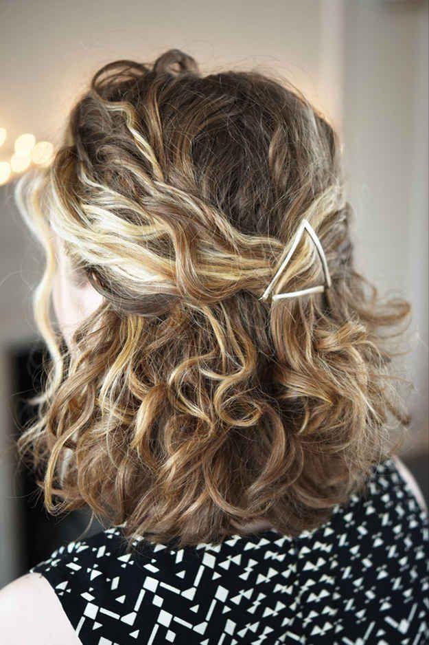 Usa pasadores plateados para crear un peinado medio recogido como este.