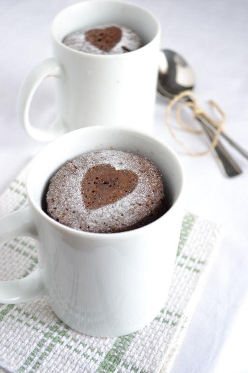Dica Dia dos Namorados: Bolo de caneca com decoração de coração! Simples e lindo!!
