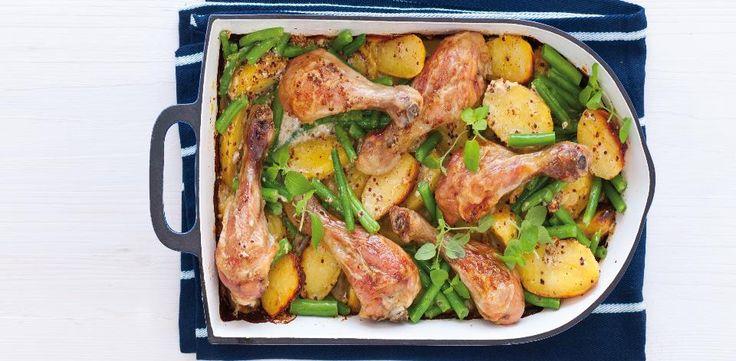 Troubu předehřejte na 200 °C. Smíchejte zakysanou smetanu, hořčici, česnek a vývar. Podle chuti osolte a opepřete. Kuřecí paličky ze všech stran...