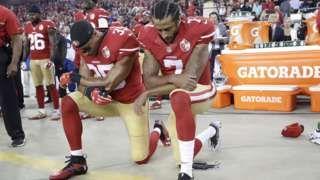 Image copyright                  AP Image caption                                      Colin Kaepernick, quaterback de los San Francisco 49ers, empezó su protesta durante la pretemporada de fútbol americano.                                Es uno de los himnos nacionales más famosos y sin embargo parece que no mucha gente conoce bien su contenido. Ahora, con la controversia generada por la decisión del jugador de fútbol americano Colin Ka