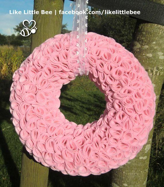 Prachtige+roze+vilten+krans+met+roosjes+van+LikeLittleBee+op+Etsy,+€65.00