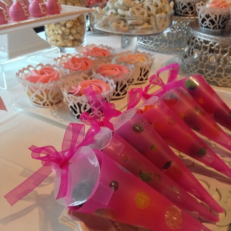 Ombré cupcakes-cakepops -chocolate - strawberries - candy - yogurt - desert table