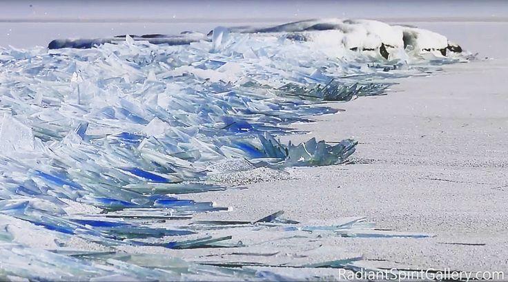 この映像は、2016年2月13日にミネソタ州スペリオル湖で撮影されたもの。凍っているのは湖の表面だけ。とても薄い層だったために、波に揺られながら岸へと...