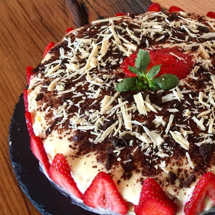 Beyaz Çikolatalı Çilekli Pasta Tarifi - Nasıl anlatabilirim bu pastayı bilemiyorum; çok lezzetli, hafif... İlk çatalda insanı mest eden bir güzelliği var.