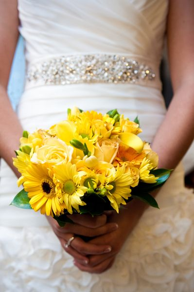 Love the use of daisies here- Bright yellow bridal bouquet