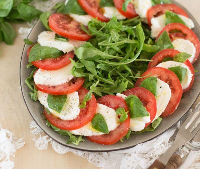 Het LEKKERSTE recept voor de Italiaanse klassieker 'salade caprese'. Slecht 5 (!) ingrediënten en een kwartiertje van je tijd heb je nodig voor deze salade.
