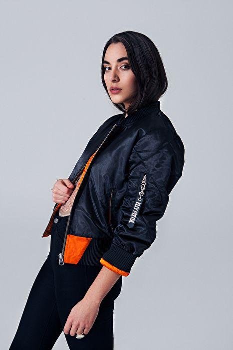 Bomber jacket with orange lining, Pepper, Bomberjacket with text, badass bomberjacket, bomberjacket ootd, ootd, orange, black, model, Elly pistol, sweden, quilted bomber jacket, black satin, satin, zipper, silver zipper