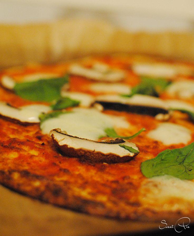 Bei From-Snuggs-Kitchen dreht sich derzeit alles um Pizza. Ich habe das Event als Anlass genommen und mich endlich mal an eine Blumenkohl Pizza gewagt.