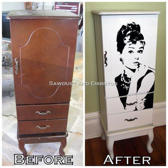 Voici une belle idée avec un vieux meuble, un peu de peinture et un sticker Audrey Hepburn.