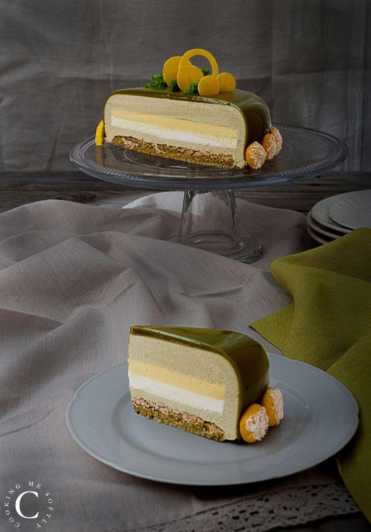 Biscotto joconde al pistacchio, croustillant al cioccolato bianco, panna cotta al cioccolato bianco, cremoso al frutto della passione, bavarese al pistacchio, glassa al pistacchio
