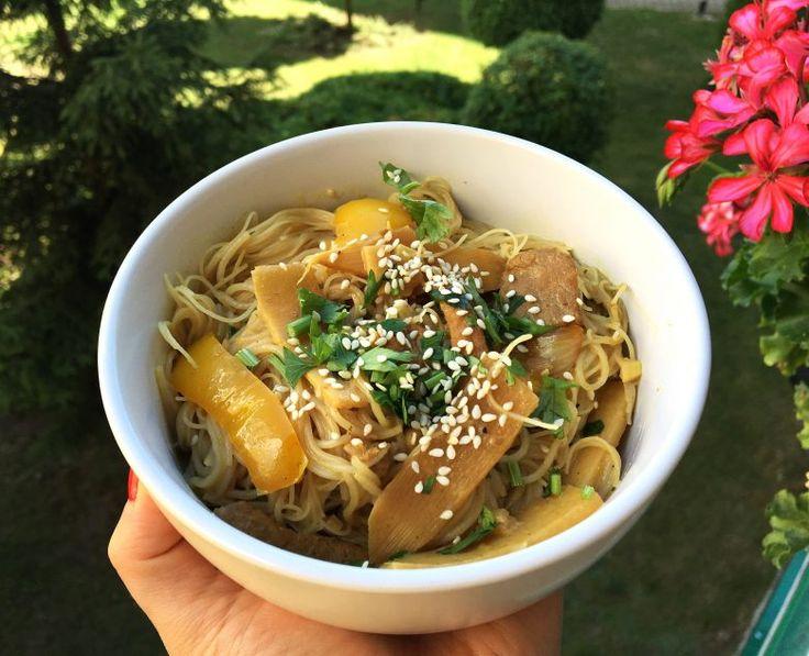 (4 porcje) Składniki: 250 g makaronu ryżowego 1 puszka mleczka kokosowego 1/2 słoiczka pędów bambusa 1 żółta papryka 1 młoda cebula 4 ząbki czosnku 3 cm …