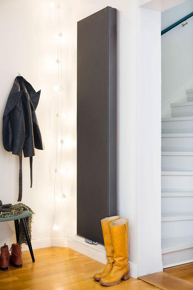 Varför dölja snygga element med elementskydd? Designradiator Purmo Kos V passar utmärkt i trånga utrymmen, såsom i hallen.