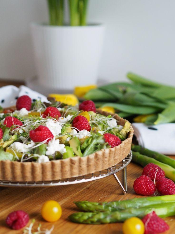 Esipaistetun ja siemenillä höystetyn neljän viljan taikinapohjan päälle koottu salaatti erilaisista värikkäistä ja maukkaista vihanneksista on salaattipiirakka joka nostaa veden kielelle juhlissa ja arkena. Ruokaisan vegepiirakan voit tuunata omilla suosikeillasi!