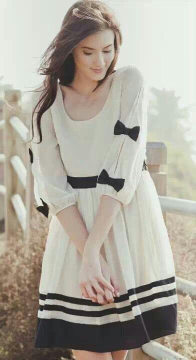 Vestido folgado com laços na manga branco e preto