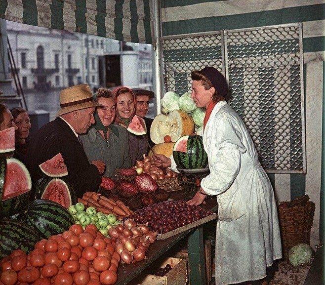 Продажа овощей и фруктов на Трубной площади в Москве, Яков Рюмкин, 1956 год