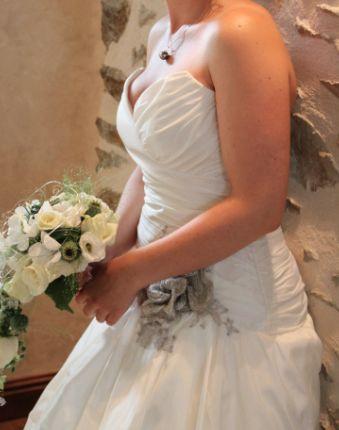 Robe de mariée de marque Linéa Raffaelli - collection 2012 toute en soie sauvage avec une fleur argentée de fils métalliques - Taille 38/40