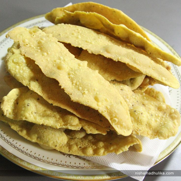 Fafda is an authentic snack recipe from Gujarat. You can enjoy this crispy fafda anytime you wish to munch on something.  Recipe in English- http://indiangoodfood.com/2399-fafda-recipe.html ( copy and paste link into browser)  Recipe in Hindi- http://nishamadhulika.com/535-fafda-recipe.html ( copy and paste link into browser)