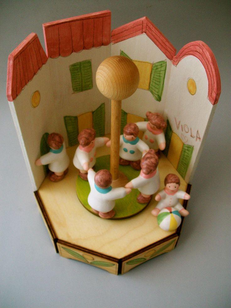 wooden and ceramic music box personalized with the name of the girl. Carillon il legno e ceramica personalizzato con il nome della bimba.