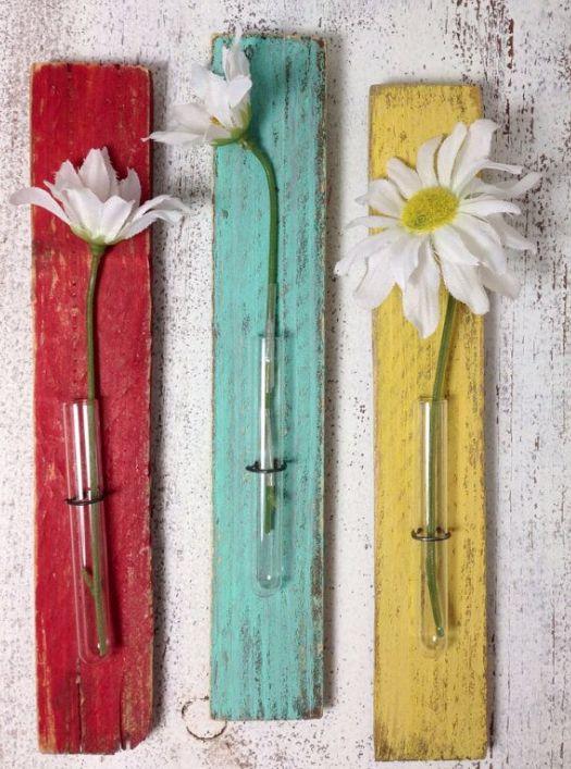 Pequenos tubos de ensaio, margaridas, um pouco de tinta e muita criatividade transformam lascas de madeira em lindos objetos de decoração!