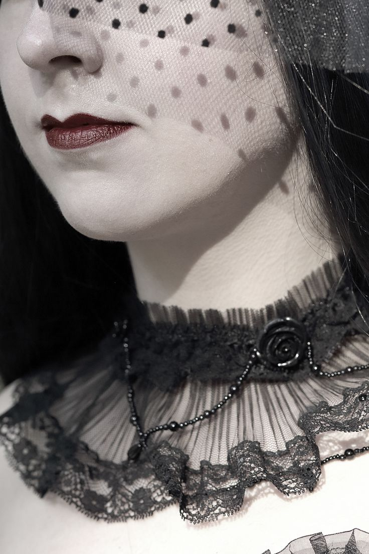 The Queen by Sara Saretta on 500px #blackandwhite #portrait #photography #rouge #rosso #neck #tulle #details #fashion #moda