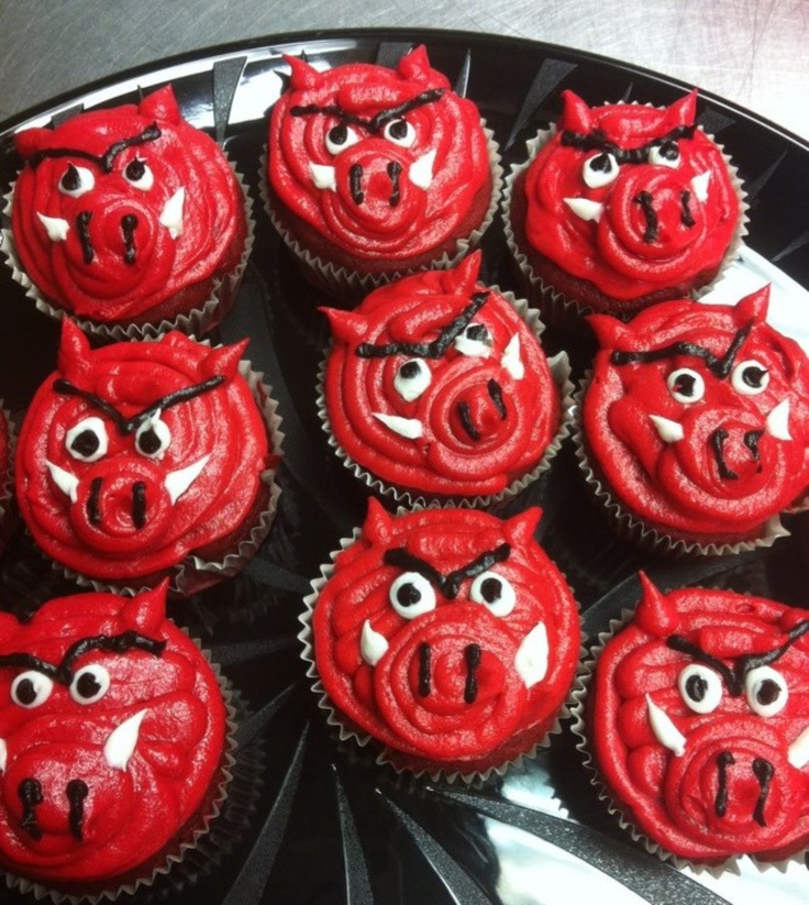 It is really easy to make Razorback cupcakes. All u have to do is make regular cupcakes and decorate them!?!