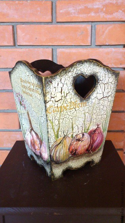 Короб для лука. Деревянный большой короб для хранения лука, чеснока или яблок, апельсинов......... Оформлен в технике объемный художественный декупаж. Покрыт водостойким лаком.