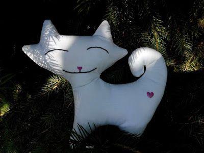 Textilcica, fehér, szívecskés tetkóval   Mirtusz : Szív világnapja 2. - 13 + 1 Szívderítő Mirtusz-szív
