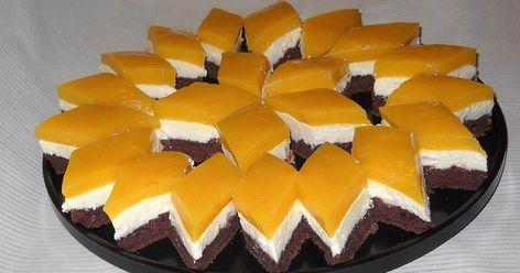 Iată de ce ai nevoie pentru a prepară acesta prăjitură. INGREDIENTE. Blat: – 6 ouă – 6 lg zahăr – 4 lg făină – 2 lg cacao – 100 ml ulei – 1 plic praf de copt – un praf de sare Crema: – 500 g brânză de vaci (am folosit Pilos) – 200 g unt 82% grăsime – 200 g zahăr pudra – o fiolă esenţă de vanilie Glazură: – 2 plicuri budincă de vanilie – 800 ml suc Santal de portocale – 5 linguri zahăr Mod de preparare: Blat: Separăm gălbenuşurile de albuş. Mixăm gălbenuşurile cu zahărul(