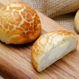 「タイガーブレッド(タイガーロール)」とも呼ばれる、トラの毛皮のような表面の模様が特徴的なパン。  バリバリッとした表面の香ばしい食感が楽しめます。今回のように具材を包み込んで食べるのもおいしいですが、具材なしでシンプルに焼いたパンをサンドイッチに加工するのもおすすめです!