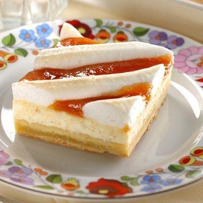 Rákóczi túrós lepény: Klasszikus finomság könnyű túróval és baracklekvárral, arany barnára pirított tojáshabbal megkoronázva. A hagyományos ízek kedvelőinek egyik kedvenc magyar édessége.
