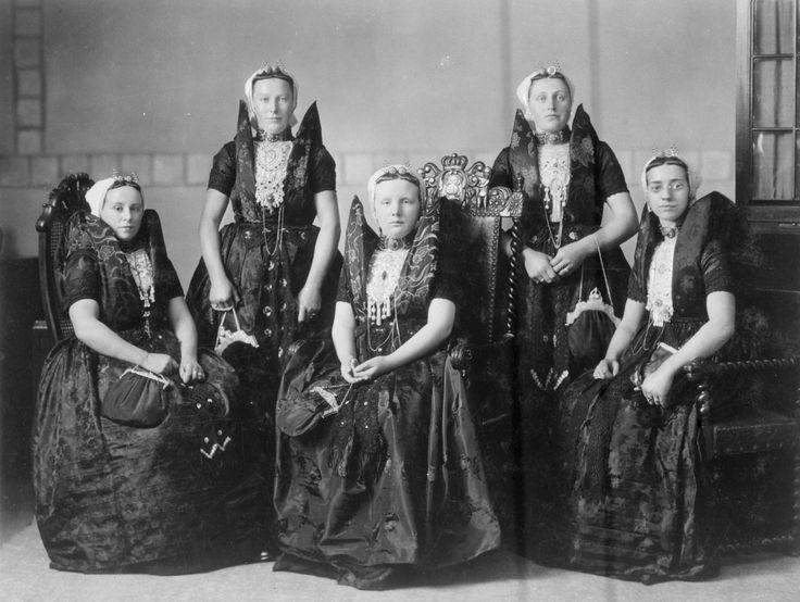1923, toen Wilhelmina vierde dat ze vijfentwintig jaar koningin was. Prinses Juliana was toen veertien jaar oud.  Op de foto is Juliana te zien in Axelse klederdracht, temidden van vier Axelse meisjes, evenzeer in boerendracht.