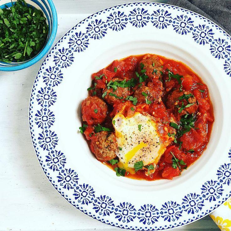 Tajine van gehaktballetjes, tomatensaus en een eitje