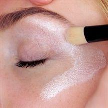 Få et virkeligt flot skær til dit ansigt med Colosé Highlighter med naturlige Mica mineraler, skaber et flor shine til dit ansigt