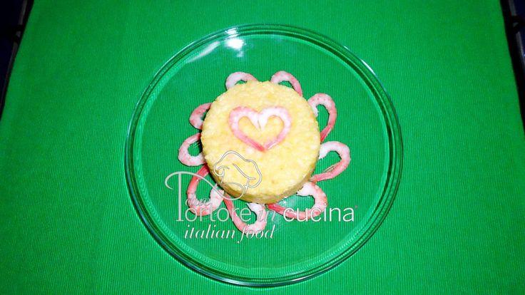 Risotto giallo con zucchine e gamberetti  La ricetta qui: http://www.duetortoreincucina.com/it/recipes/first-course/italiano-risotto-giallo-con-zucchine-e-gamberetti/