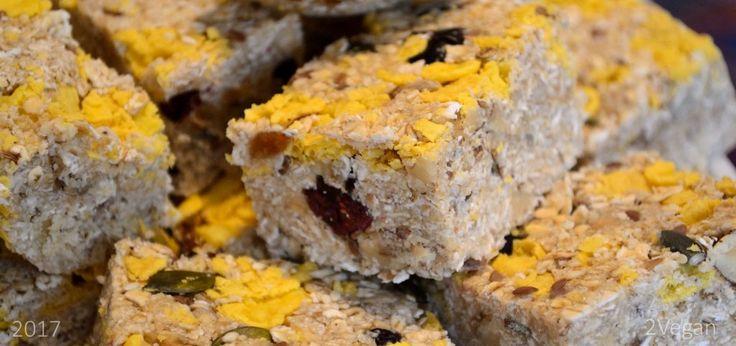 Ingrediente:   o cană unt de arahide sau de migdale  1/2 cană miere / sirop de agave / sirop de arțar  2/3 cană ulei de cocos  o cană fulgi de cocos  1/2 cană fulgi de porumb fără zahăr