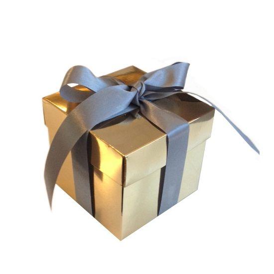Gouden decoratie kadootjes 10x10x10 cm. Het gouden decoratie kadootje wordt geleverd met wit lint die u om het doosje kunt strikken. Het gouden kado doosje is voorzien van een deksel, dus je kunt iets in het doosje doen en gebruiken als cadeauverpakking of het kado doosje bijvoorbeeld gebruiken als decoratie in een etalage.
