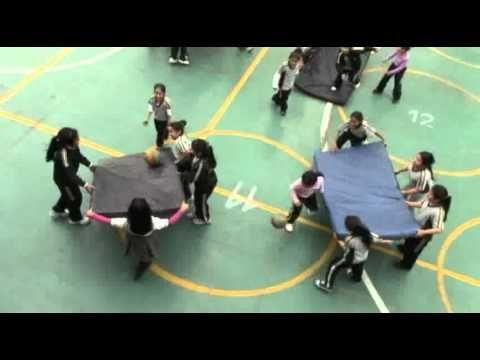 Desafíos físico-cooperativos con colchonetas - YouTube
