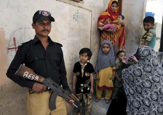 18 de marzo de 2015. Dos trabajadoras de un equipo de vacunación contra la polio y un policía que las escoltaba murieron este martes tiroteados en Pakistán, donde el número de casos registrados por esta enfermedad ha disminuido este año con respecto a 2014 en medio de las nuevas medidas antiterroristas decretadas por el Gobierno.