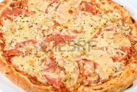 pizza teglia: Pizza con funghi, prosciutto alzato su sfondo bianco Archivio Fotografico