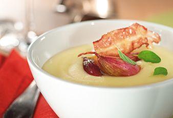 Kartoffelcremesuppe mit Balsamicoschalotten und Knusperschinken