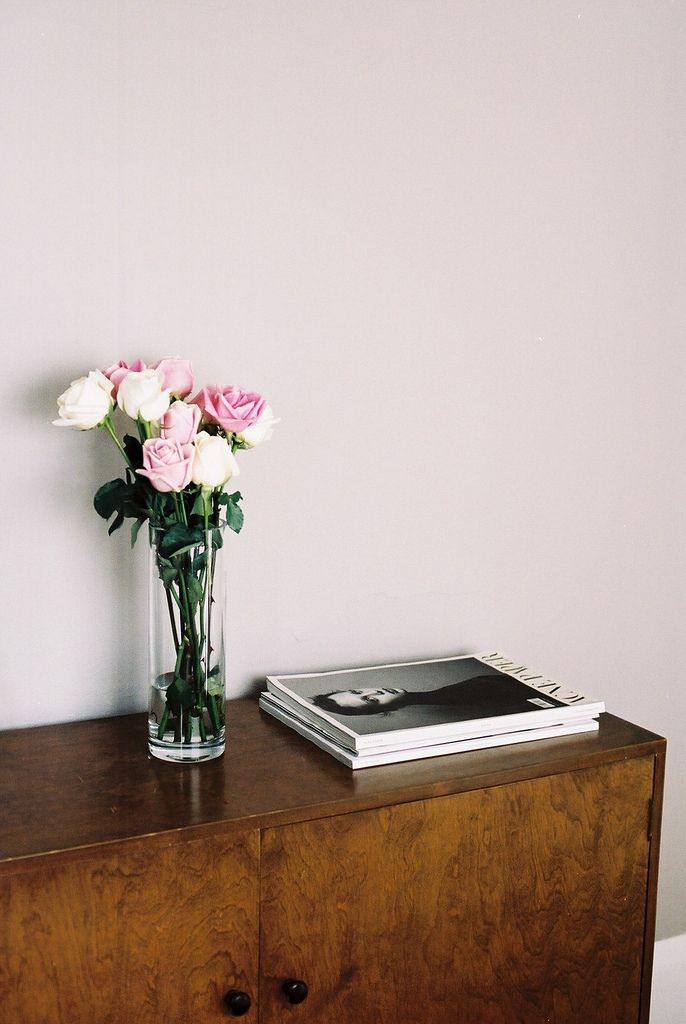 Miuccia's Atelier: Living Rooms, Wall Colour, White Rose, Pale Pink, Floors Design, Fresh Flowers, Pink Wall, Pink Rose, Fashion Magazines