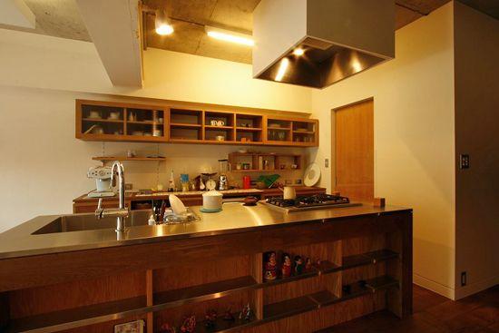 デザインのネックになりがちな冷蔵庫は、写真右手奥の扉の中の食品庫の中に。