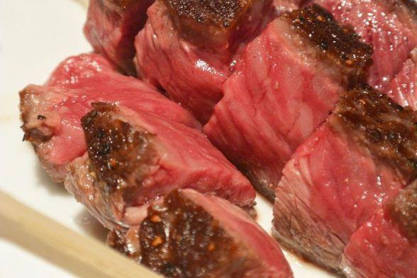 ASCII.jp:ステーキ・レボリューションで世界屈指に輝いた『築地さとう』の激ウマ肉ランチ (1/2)|寅年生まれ肉食ナベコの「なんでも食べてみる」