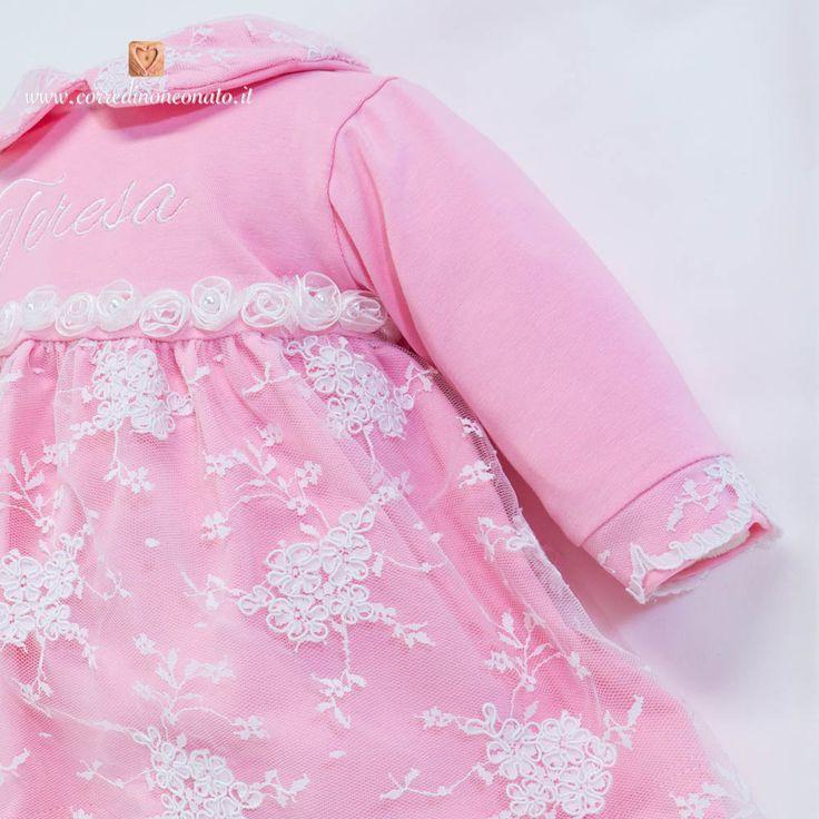 Elegante coprifasce di cotone rosa con vestina, polsini e collettino impreziositi da uno strato di pizzo bianco, personalizzato dal ricamo del nome Teresa.