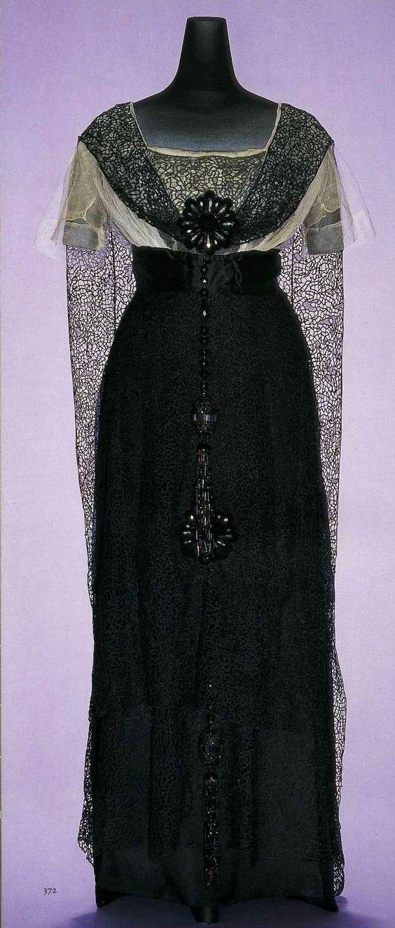 Вечернее платье. Сестры Калло, около 1911. Черный шелк шармёз, шифон и кружево, кружевное полотно, свисающее сзади с плеч, пояс из шелкового атласа, украшения из искусственного гагата.