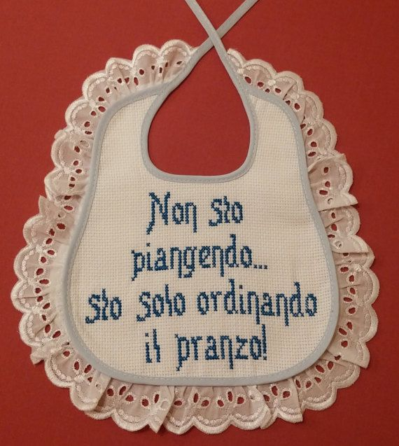 Bavaglino baby ricamato in azzurro a punto croce. Regalo nascita. Bebè Cross stitch - baby https://www.etsy.com/it/shop/Creativaconagoefilo