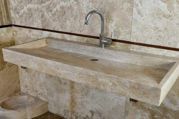 Grande lavabo da parete in Pietra di Rapolano a massello, realizzato in un unico blocco. Date le grandi dimensioni, può essere installato sia con uno che due rubinetti. Può essere installato a muro con staffe di metallo (non comprese nel prezzo) oppure in appoggio. Il foro di scarico è di misura standard. Dimensioni: cm. 120 x 50 x H. 10cm