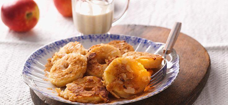 Eigelbe erst mit Milch, dann mit Mehl und gemahlenen Mandeln verrühren. Teig 10 Minuten quellen lassen. Eiweiße mit 3 EL Zuckerträume steif schlagen und unter den Teig heben. Mandelblättchen ohne Fett goldbraun rösten. Äpfel schälen, mit Ausstecher entkernen und in je 5 Ringe schneiden. Diese durch den Teig ziehen, im Butterschmalz beidseitig goldbraun ausbacken, abtropfen, in restlichem Zimt-Zucker wälzen und mit Mandeln bestreuen. Dazu Vanillesoße servieren.