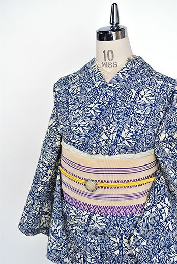 生成り色と紺青の清々しい二色で染め出された瀟洒な竹の縞文様が風情をさそう江戸長板中形染を思わせるレトロ浴衣です。